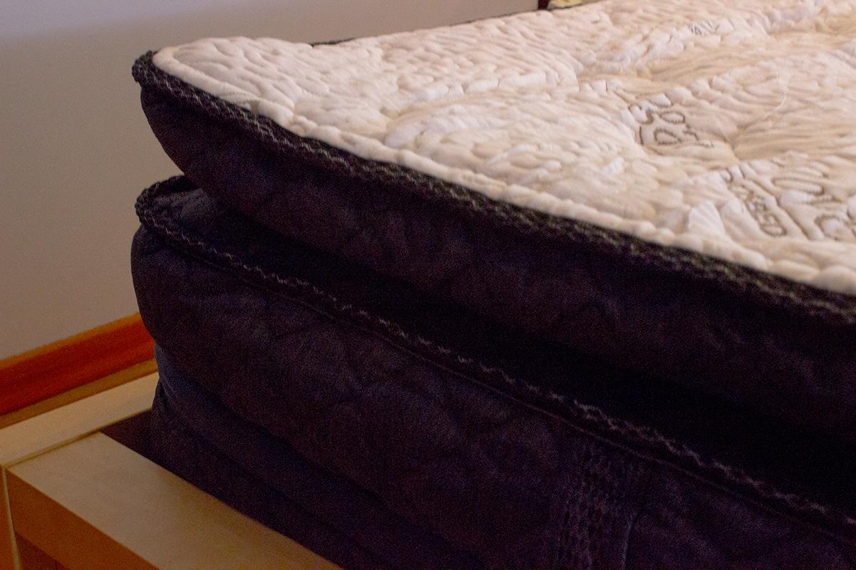 Queen Logan and Cove Mattress pillow top firm perfect comfort