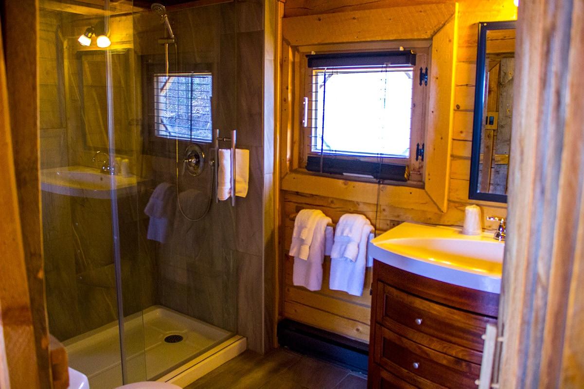 Unique Stay Pourvoirie Cap au Leste Private Chalet Bathroom